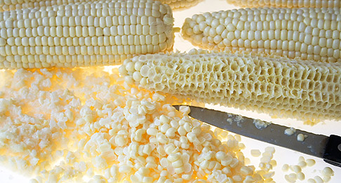 Cutting-corn-off-the-cob